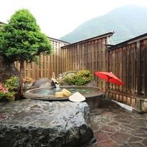 貸切露天風呂。風呂桶は大鍋です。鉱山で鉱石を溶かしていたとか (4)