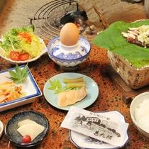 朝食全体。手作り胡麻豆腐と自家製味噌の朴葉味噌。