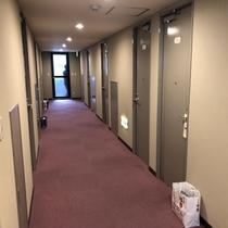 【 施設 】 お部屋前の廊下になります。4階奥には喫煙スペースが御座います。
