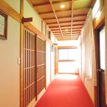 *【廊下】古い施設ではございますが、清掃には一層気を使っております。