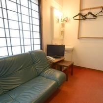 【2F/シングルルーム】洗面台付きのお部屋です。