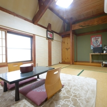 【2F/和室6畳】畳のお部屋で足を伸ばしておくつろぎ下さい。