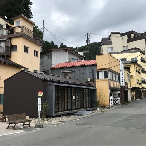 土湯温泉バス停周辺の街並み、当館はゆるやかな坂を昇る方向になります。