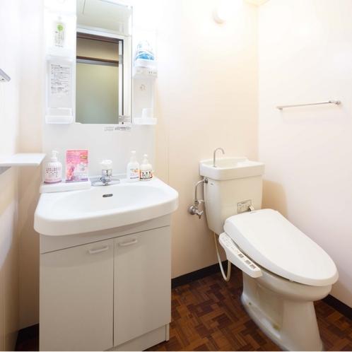 和室12畳のお部屋の洗面とトイレ(清浄機能付)