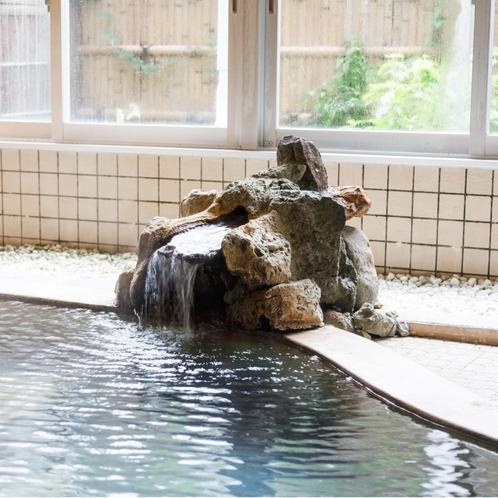 【中浴場】泉質が炭酸水素塩泉の為空気に触れると酸化し、 黒い湯花が沈殿しますが汚れではありません。