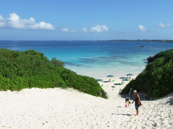 【周辺:砂山ビーチ】白砂の山を越えると美しいビーチが開けます