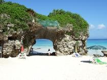 【周辺:砂山ビーチ】自然の造形によるアーチ状の岩