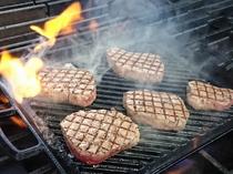 燃え上がる炎!牛フィレ肉のグリルをフランベ