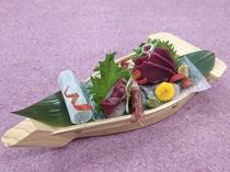 新春にふさわしい「桜肉」も盛り付けられた山海相逢い船盛をどうぞ!