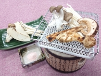 香り楽しむ。 名人が採る松茸の焼き物(二人前ご一例)