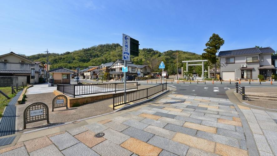 *観光船乗り場までは徒歩2分。海辺の道をのんびり歩いて。。。