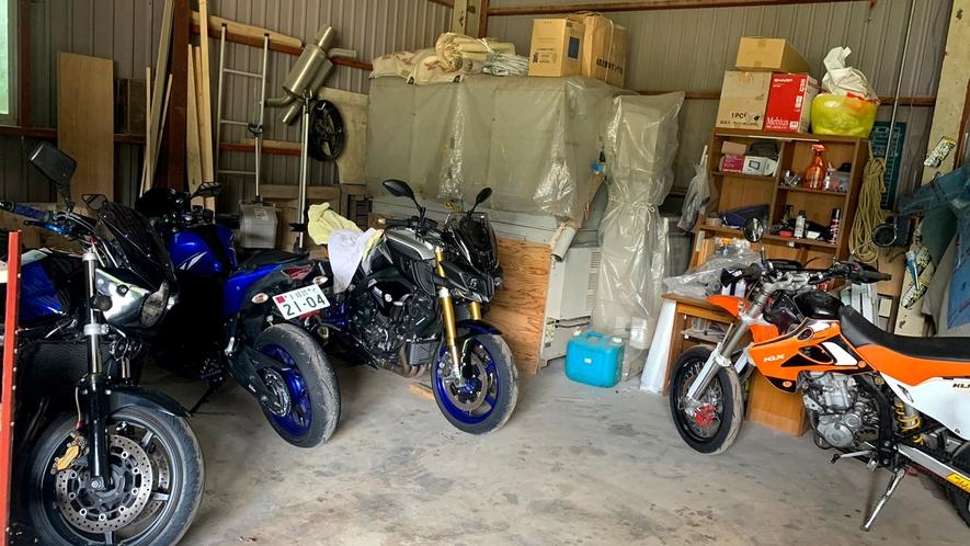 バイクガレージは屋根、シャッター付で安心