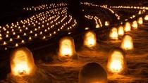 **【湯西川雪祭り】河川敷に並ぶミニかまくらに蝋燭の火が灯され、幻想的な光景が広がります。