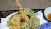 *【夕食一例】山で取れた山菜を天ぷらにしました。