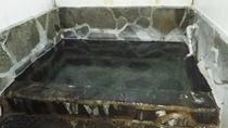 *【女湯】決して大きな浴槽ではございませんが、天然温泉かけ流しの贅沢さ。