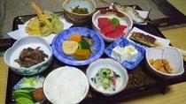 *【夕食一例】自家製の野菜を使った郷土料理をお膳でお部屋でお召し上がりください。。