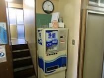 洗剤の自販機とランドリー入口