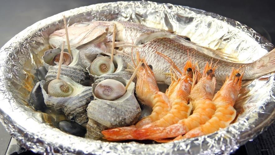 淡路名物の宝楽焼。厳選された魚介をふっくら酒蒸しにして焼いた海の恵みたっぷりの豪快な料理♪ (2)