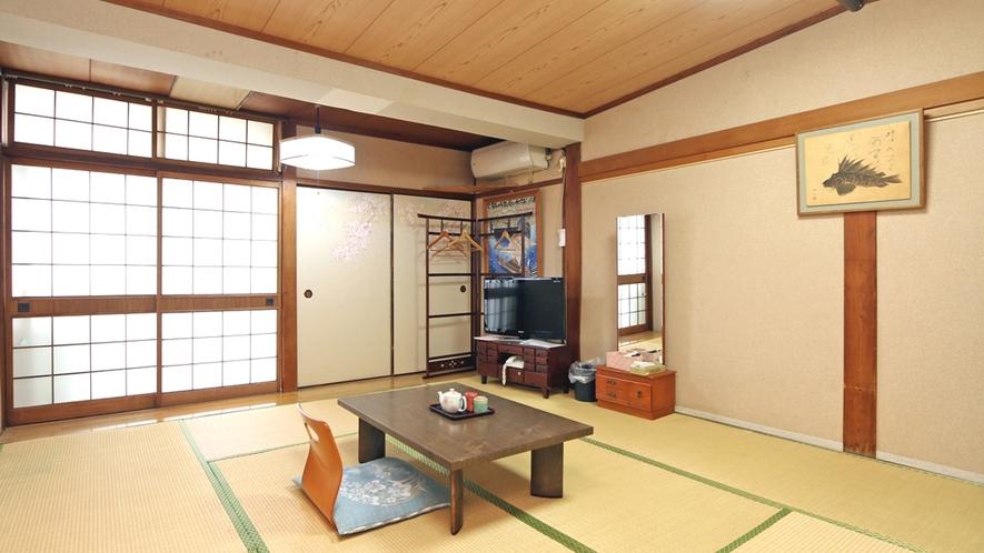 ほっこり寛げるおまかせ和室。建物は古いですが、創業以来の趣がある和室です。 (3)