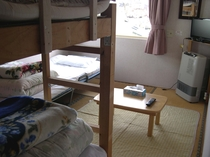 6畳和室2段ベッド1つ、シングルベッド1つの3人部屋。テレビ付き