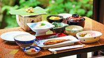*朝食 川魚料理又は焼き魚、飛騨名物【朴葉味噌】、サラダ・卵料理などをご用意。