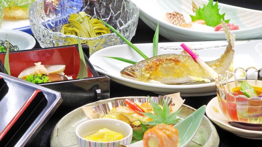 *通常のお食事。シーズンにより内容が変わります。川魚料理山の幸のお料理など。