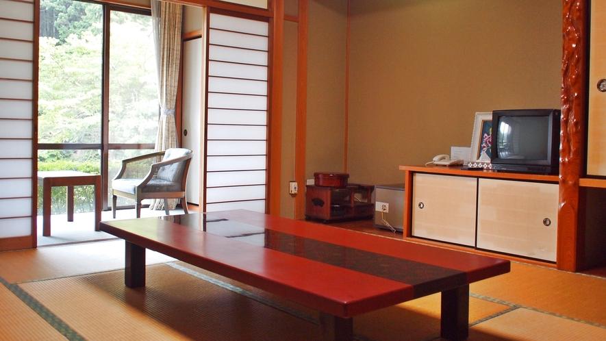 *【和室10畳のお部屋】窓の外からは美濃白川の自然を満喫。