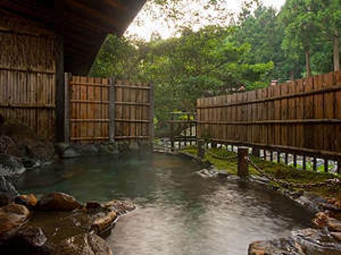清流露天風呂。(1人500円、1組40分)4月末ニューオープン!源泉100%掛流し。