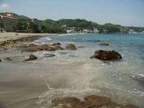 今井浜海岸。夏には多くの家族連れでにぎわいます