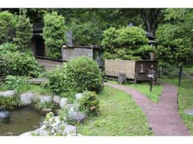 庭。渓流沿いの露天風呂までの道です。