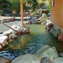 100%源泉の露天風呂で、開放的な雰囲気を満喫できます。良質なお湯が絶え間なく湧き出ております。