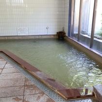 良質なお湯が絶え間なく湧き出ており、100%源泉の開放的な露天風呂が自慢!効能は、冷え性や肩こりなど