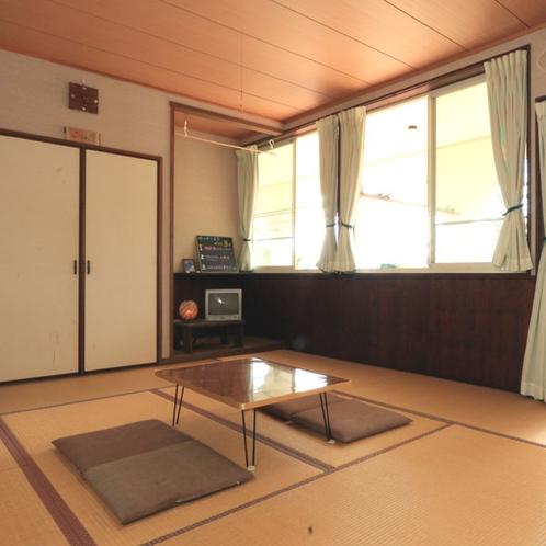 【和室10畳】庭に面した畳のお部屋でごゆっくりおくつろぎください。