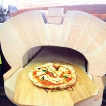 「珪藻土窯」は、自然の力でコントロールして外はパリッと中はもっちりのピザに焼き上げます!