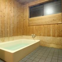 【浴室】いつもより広いお風呂で旅の疲れをのんびりと癒してくださいね。