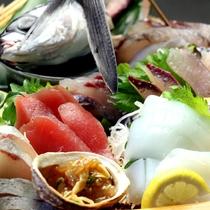 【夕食】トッピー、水イカ、カンパチ、マグロなど旬の船盛をお楽しみください。(写真は4人前です)