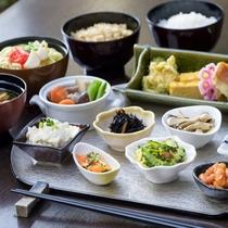 朝食ブッフェでは洋食の他に、地元沖縄の健康料理やヘルシーな和食メニューもご用意しております。