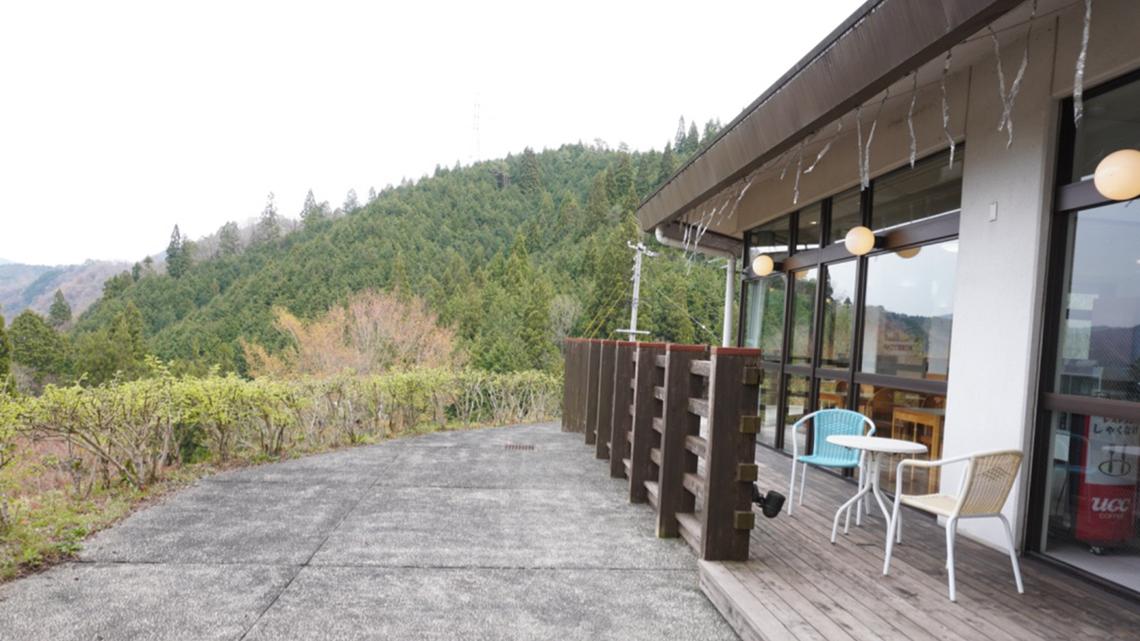 【レストラン横のテラス席】景色を眺めながらごゆっくりお寛ぎいただけます。