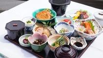 【夕食一例】旬の食材を使用した会席料理のため、内容は異なります。