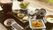 【朝食一例】和朝食をご用意しております。自然を眺めながらの朝食をお召し上がりいただけます。