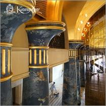 【ロビー】金色天井を支える青い柱は一本一億円と言われています。