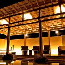 【温泉サロン ロイヤルスパ「悠久の森」】テラスデッキ/風に包まれる開放的な空間で、名湯白浜温泉の効能