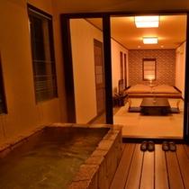 お部屋「つばき」の露天風呂(夜)