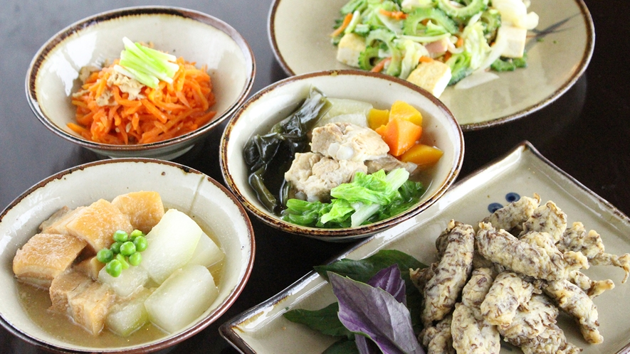 【朝食ビュッフェ】日替わりで並ぶ沖縄の家庭料理。