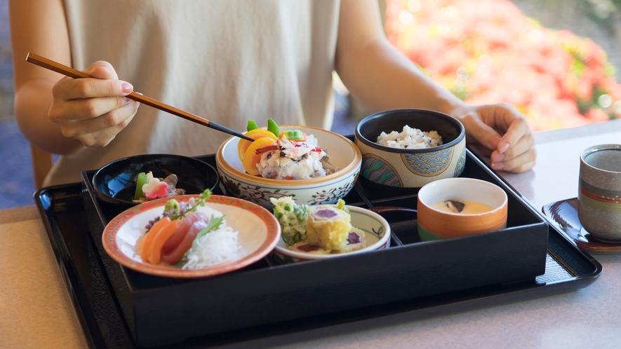 【日本料理・富士】女性にも食べやすさで評判の「首里弁当」。