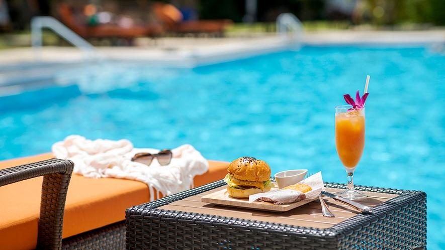 【夏季ガーデンプール】冷たいドリンクや、トロピカルムード満点のオリジナルカクテルなどが揃います。