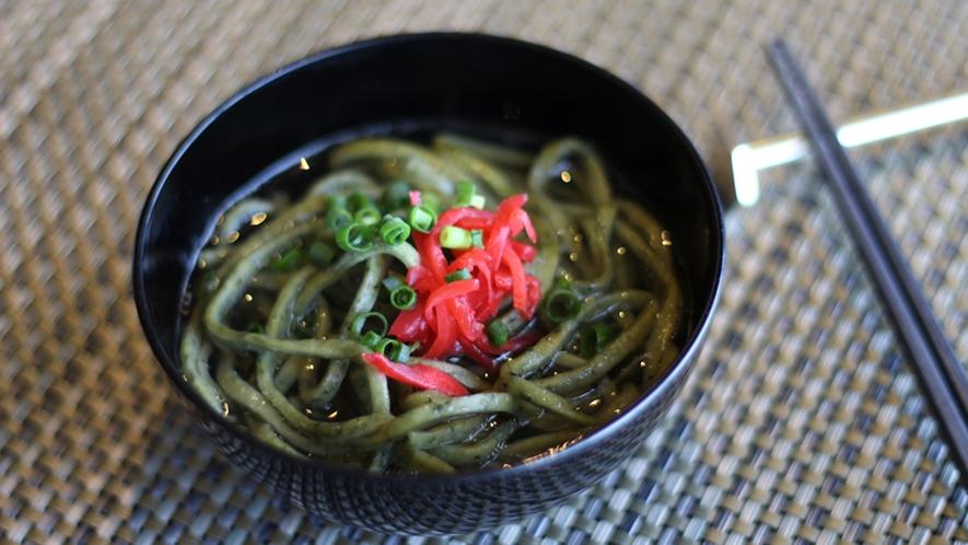 【朝食ビュッフェ】爽やかなヨモギの風味を楽しめる沖縄そば。
