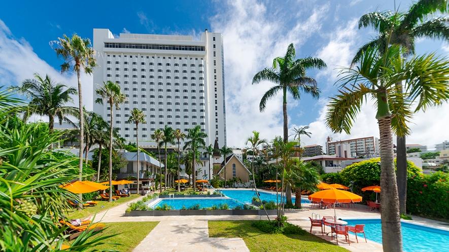 【夏季ガーデンプール】椰子の木と緑に囲まれた、那覇市内最大級の屋外プール!