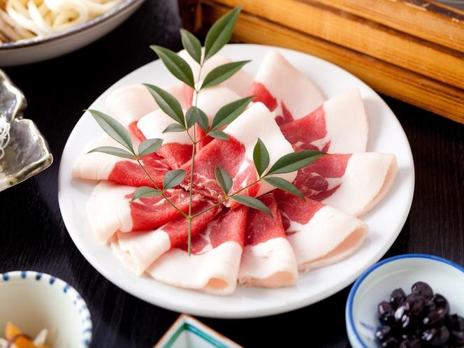 夕食(ぼたん鍋)猪肉は脂身の厚みが値打ちあり。地元の猟師さんの目利きに適った希少肉です