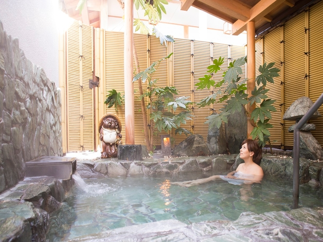 岩造りの露天風呂。いくらでも長湯していたい心地よさ